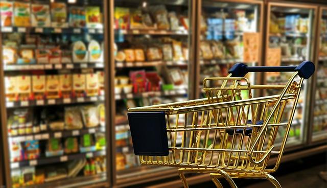 nákupní košík u lednice