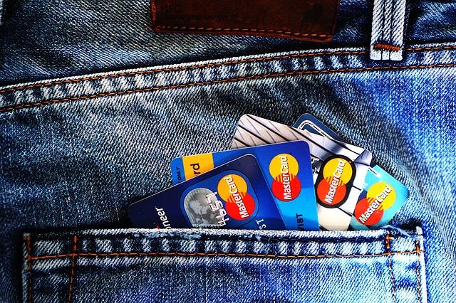 kreditní karty v džínech