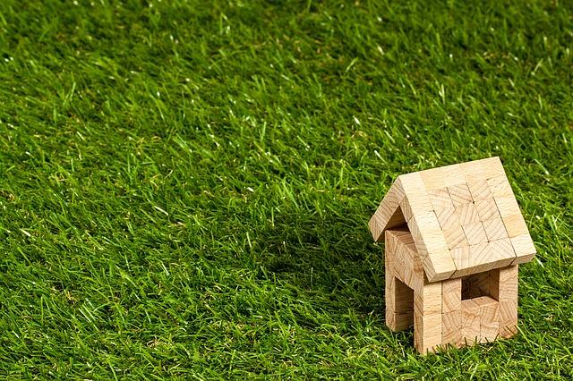 domeček na trávníku.jpg