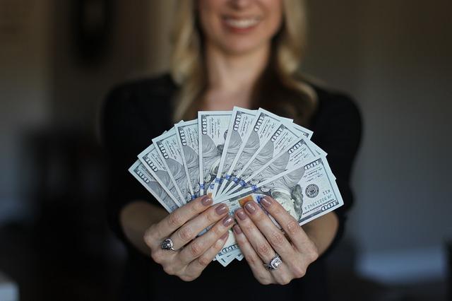 žena s vějířem bankovek.jpg