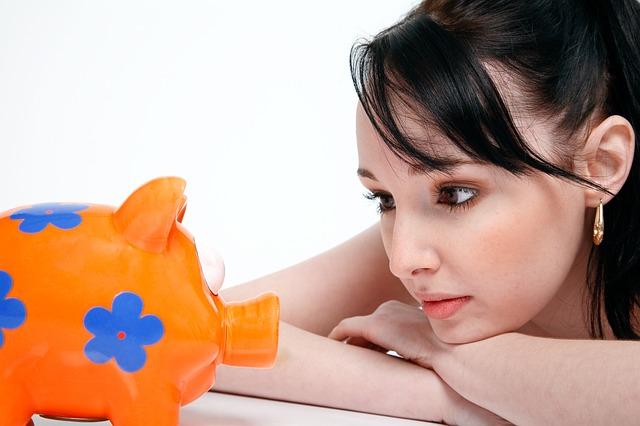 dívka a pokladnička.jpg